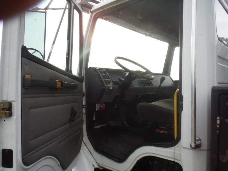 ues-bucket-truck-1415-8