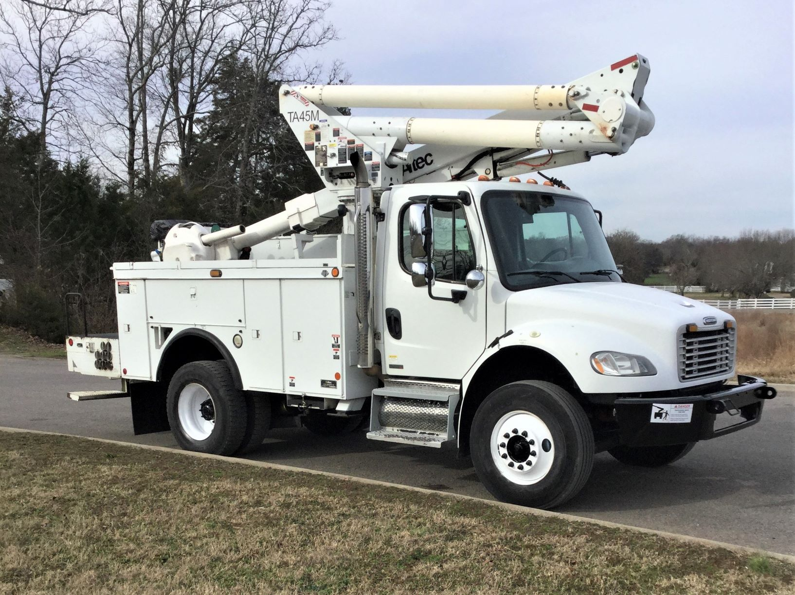 front side view of short bucket truck for Sale from Utility Equipment Service in Spring Hill TN